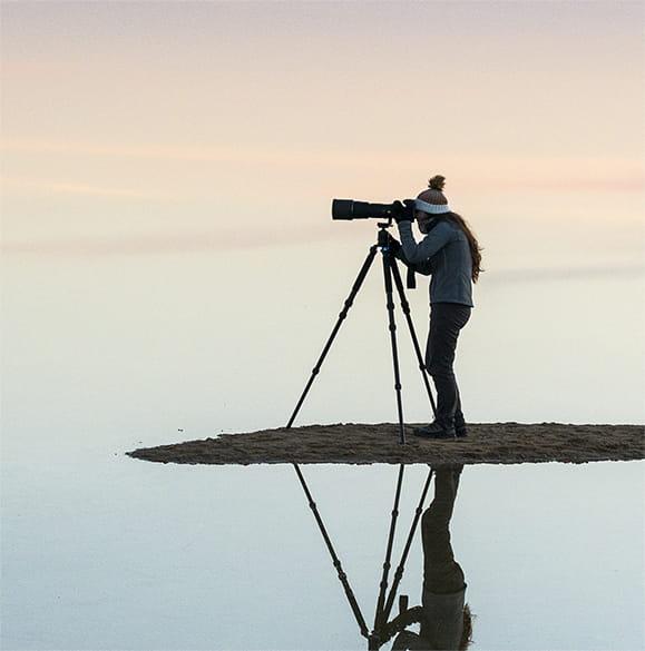 valokuvaaja rannalla