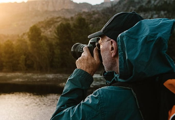 mies valokuvaa maisemaa