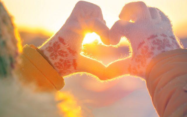 kädet, jotka tekevät sormilla sydämen