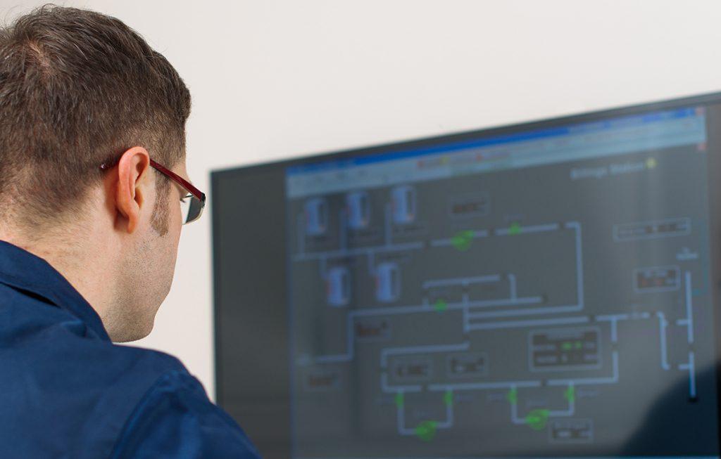 Prosessinhoitaja tarkkailee tietokoneen ruutua