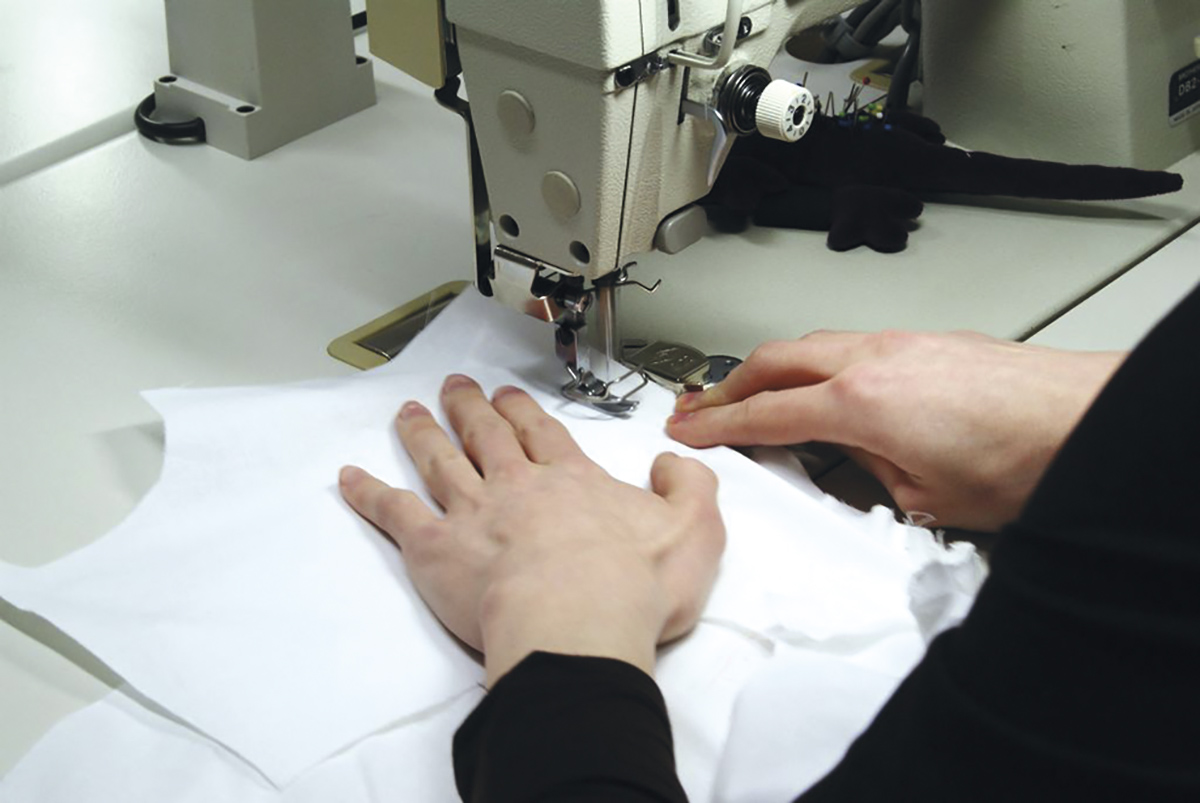 Tekstiili- ja muotialan opiskelija kutoo ompelukoneella