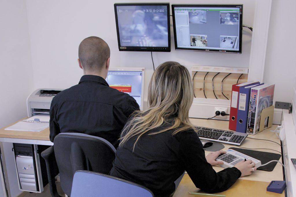 Turvallisuusalan opiskelijat katsovat tarkkaamossa valvontakamerakuvaa