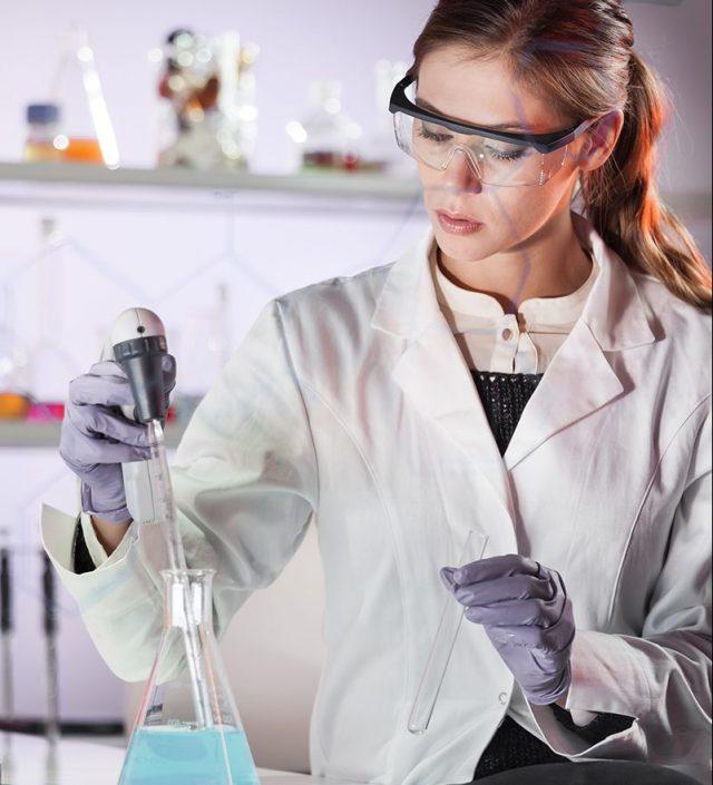laborantti analysoi nestettä laboratoriossa