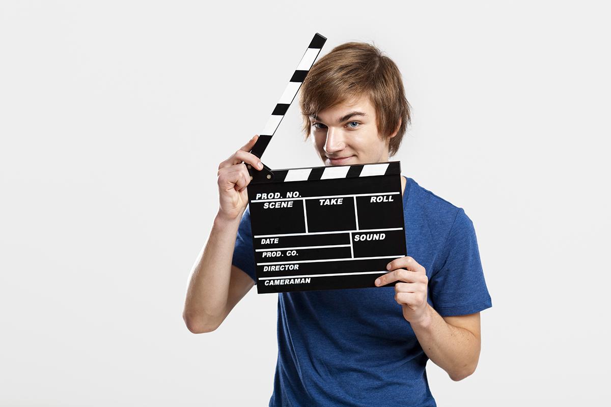 nuori mies pitelee elokuvan klaffia