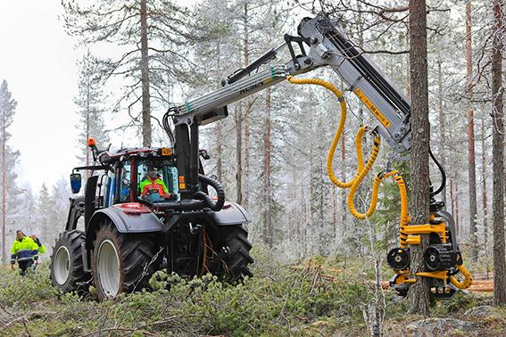 Metsätraktori metsätyössä