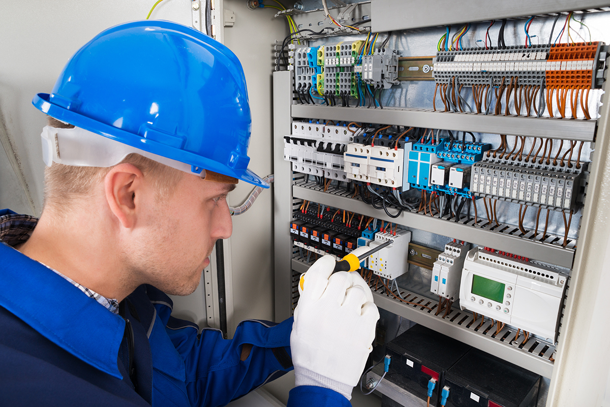 sähköasentaja tutkii sulakekaappia
