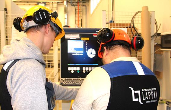 Teollisuuspuurakentajaopiskelijat hyödyntämässä teknologiaa