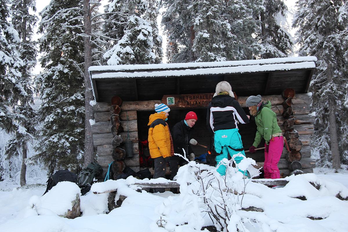 luontoalan opiskelijoita talvella laavulla
