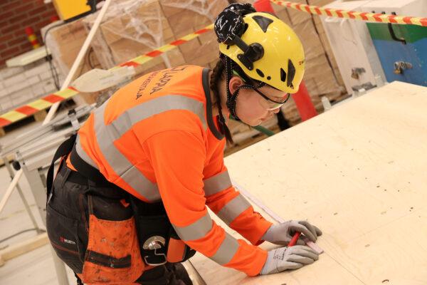 Rakennusalan opiskelija harjoittelee kattoristikon tekoa
